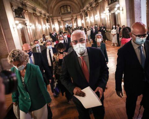 O primeiro-ministro, António Costa, com o Ministro das Finanças, João Leão, depois de a proposta de Orçamento do Estado para 2022 ter sido chumbada no Parlamento