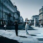 Pessoas a andar na rua em Viena, Áustria
