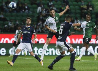 Sarabia (2E) do Sporting disputa a bola com Ricielli (2D) do Famalicão durante jogo da Taça da Liga