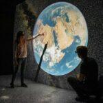 Pessoas a explorar o mapa 3D mais detalhado do Universo com realidade virtual