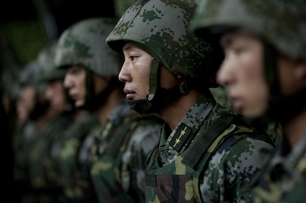 Soldados do exército chinês alinhados.