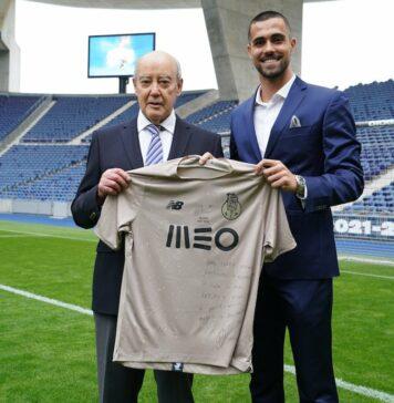 Pinto da Costa, presidente do FC Porto, com o guarda-redes Diogo Costa