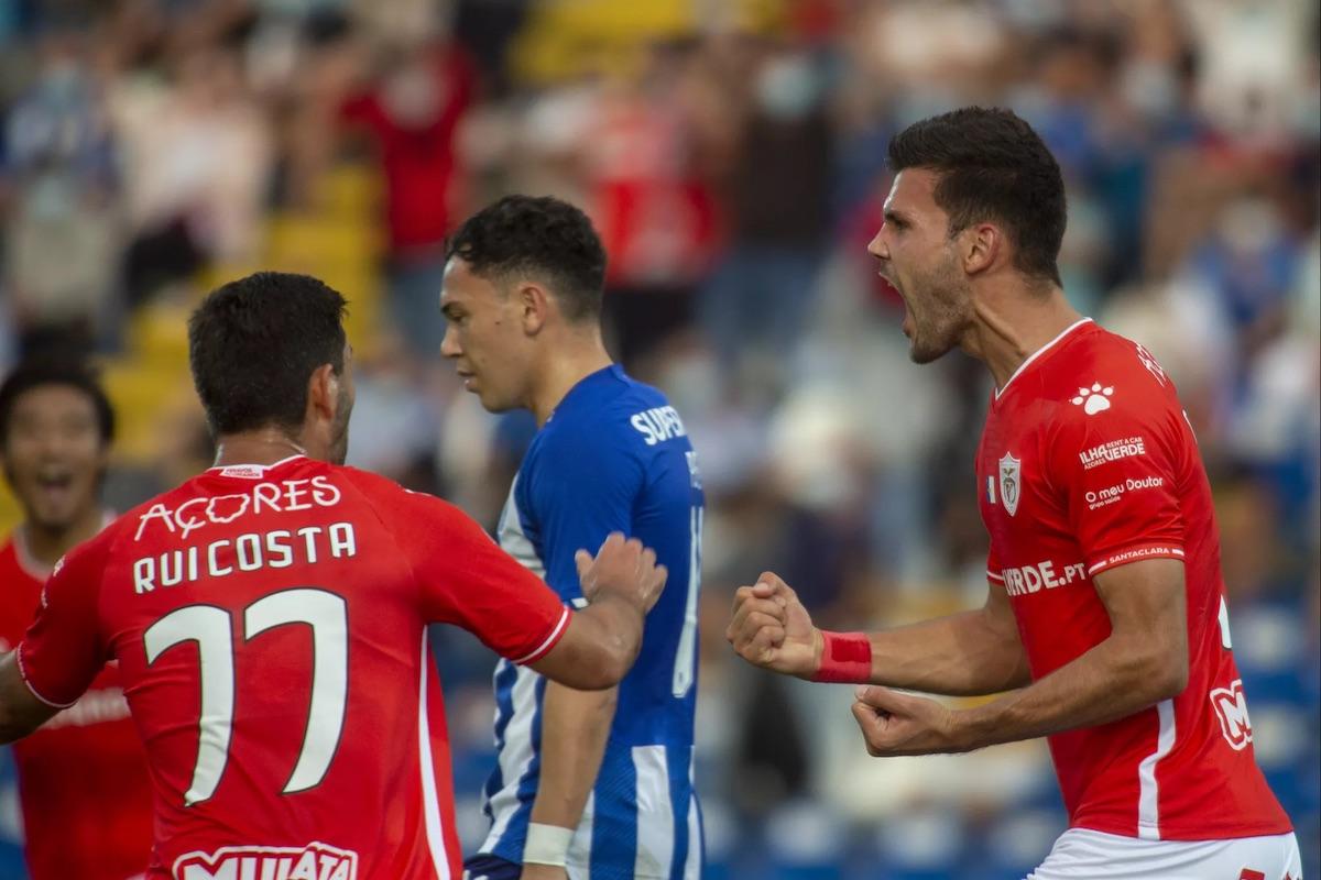 O jogador do Santa Clara, Chindris, festeja um golo contra o FC Porto