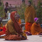 Homem budista a meditar