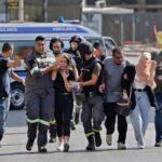 Médicos libaneses ajudam a retirar pessoas depois dos confrontos durante uma manifestação em Beirute