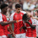 Roger Fernandes é consolado pelos colegas do Sporting de Braga.