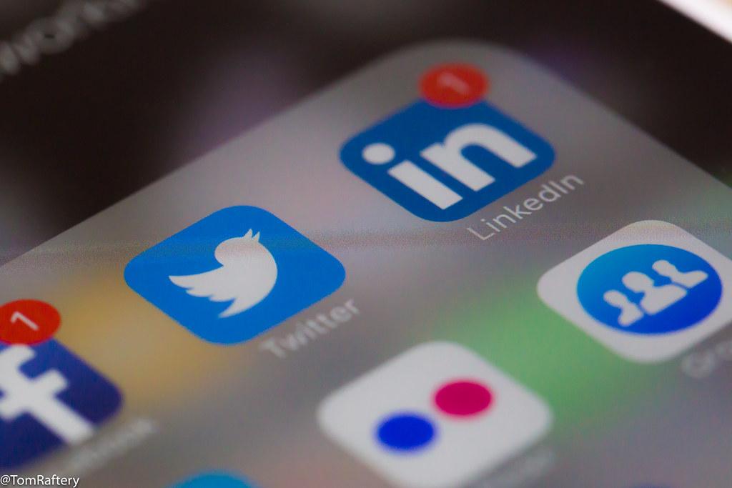 Um telemóvel com redes sociais instaladas, como o Twitter e o LinkedIn